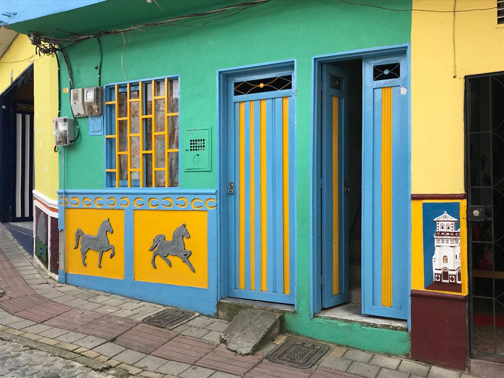 Les zocalos de Guatapé en Colombie
